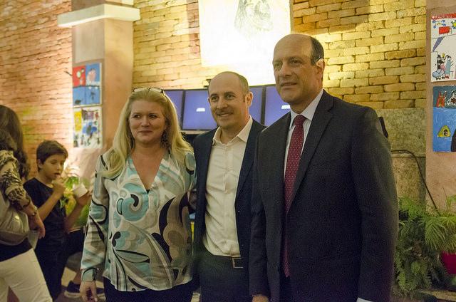 Caroline Trimboli e Victor Megido con il Console Generale Michele Pala